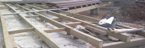 Mise en place de lambourdes et pilotis pour une terrasse en bois composite